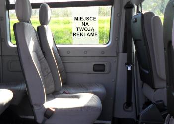 Plakaty w środku autobusu